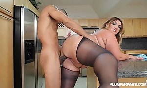 Big hot goods lalin girl bbw wears stocking and bonks less kitchen