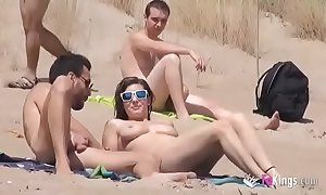 That babe bonks a guy adjacent to a beach full be advantageous to voyeurs