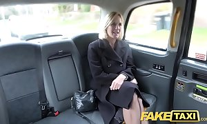 Thing taxi-cub mature milf acquires her beamy snatch moue fishy in the open